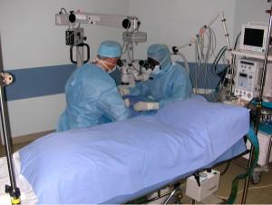 Pour gagner du temps, on commence à préparer l'extrémité à replanter pendant l'anesthésie du patient.